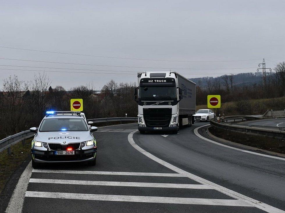 Dálniční policie - kontrola u Nové Vsi - rozhraní čtyř okresů. Hlídka ve směru od Litoměřic na Prahu.