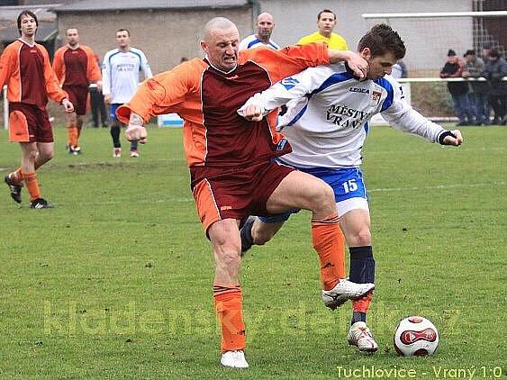 Miroslav Stuchlý je muž tvrdých soubojů, na fotografii ve fotbalovém klinči s Liborem Maliňákem.