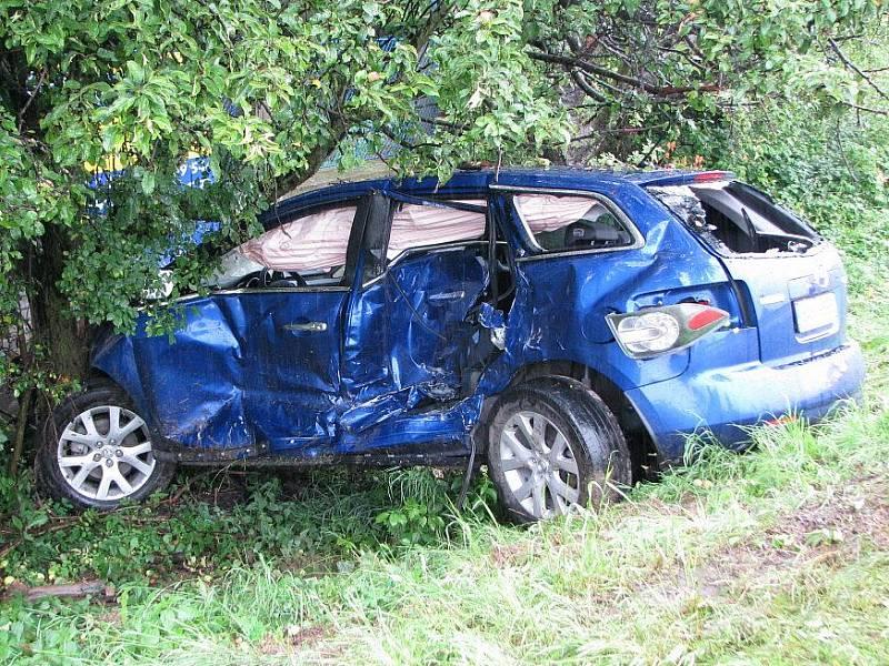 Na silnici R7 ve směru na Prahu postupně havarovaly tři osobní automobily. Čtyři lidé byli při nehodě zraněni.