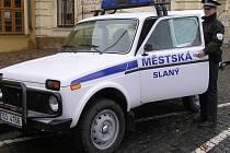 Ladu Niva speciál používají strážníci ve Slaném v náročném terénu. Prospěšná je  i dvěma psovodům.