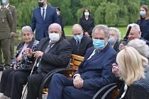 Prezident Miloš Zeman mezi přeživšími na závěr piety.