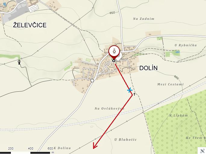 Červená šipka značí domnělou chodbu vedoucí od kostela až do Ovčár, o které hovoří dolínští starousedlíci. Modrý křížek označuje místo, kde se propadla zemina při orbě a odhalila vstup do podzemí.