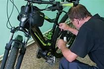 Speciální mikrotečky na bicyklech, které mají chránit kladenské cyklisty před zloději.
