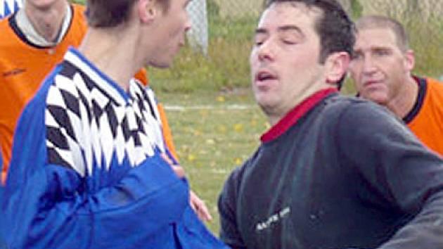 Gólman Michal Douša, v závěru podzimu pomáhal Slavoji,  je jednou ze zimních posil fotbalistů Hostouně.