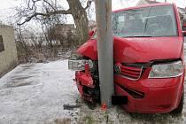 Opilý řidič naboural ve Vrbičanech do sloupu napětí.