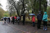 Situace ve středu 14.10. dopoledne před slánskou nemocnicí, kde k odběrům do covid budky v daný moment přišlo zhruba 80 lidí.