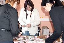 Peníze z Pohádkové truhly splněných přání spočítaly pracovnice oddělení komunikace s veřejností kladenského magistrátu.
