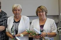 Studenti dostali květiny a také osvědčení o absolvování studia.