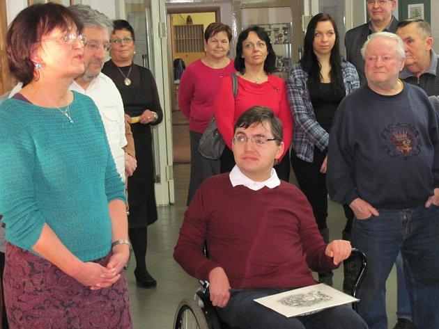 PŘED ZDEŇKEM HORNOFEM je potřeba hluboce smeknout. Po vážné nehodě je upoutaný na invalidní vozík a pravou část těla má ochrnutou. Naučil se malovat levou rukou.
