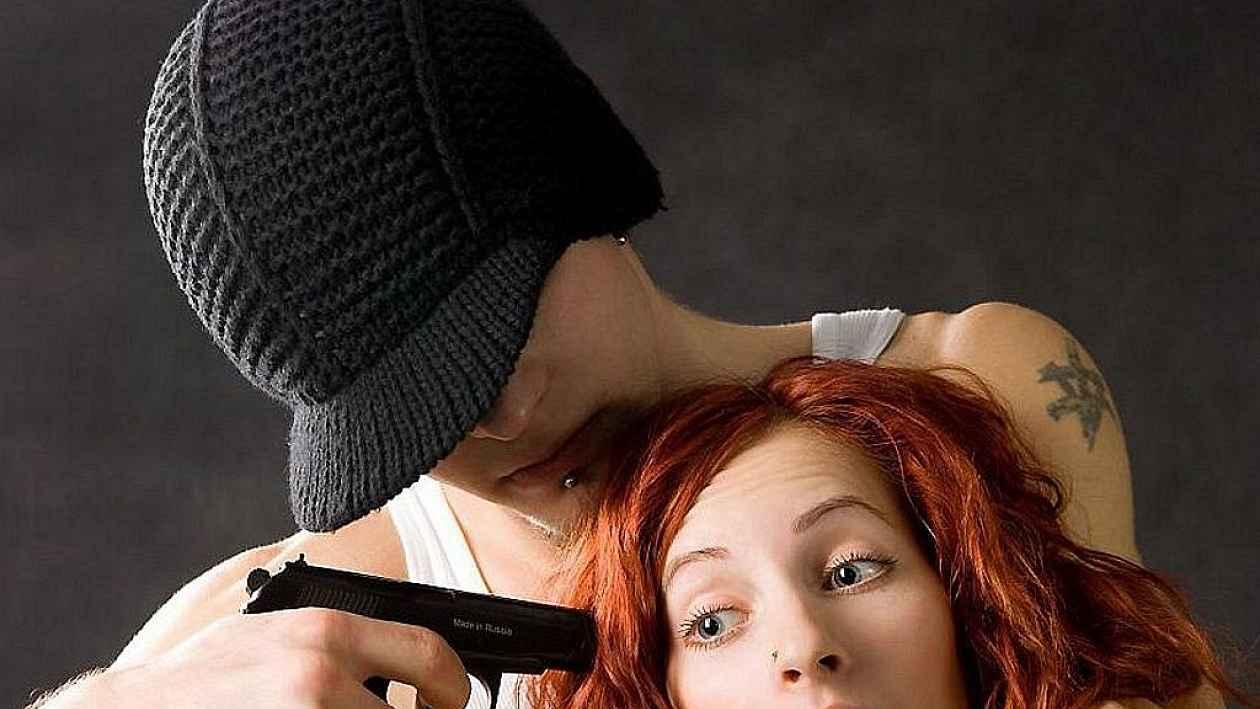 Фото девушка угрожает парню пистолетом — pic 5