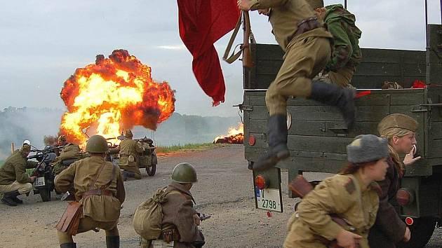Pyrotechnické efekty Václava Michalskiho dodaly rekonstrukci posledních válečných bojů tu pravou atmosféru.