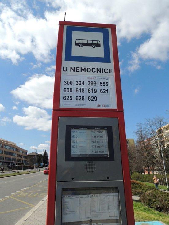 Autobusová zastávka u nemocnice.