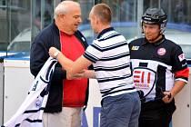 Páňa Cup v Kladně odstartoval zápasem Kladno - Kert Park Praha. Slavnostní úvod obstarali otec Martina Panenky a člen vedení Alpiqu Milan Maršner.