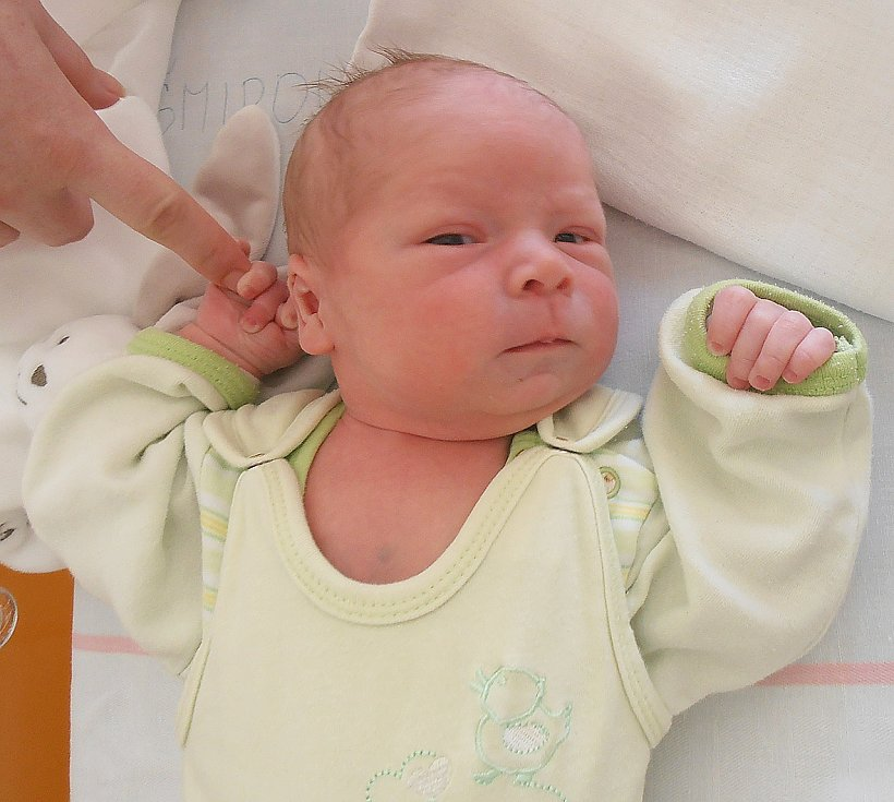 MATĚJ ŠMIROUS, KRÁLOVICE. Narodil se 12. června 2017. Váha 3,16 kg, míra 50 cm. Rodiče jsou Veronika a Martin Šmirousovi (porodnice Slaný).