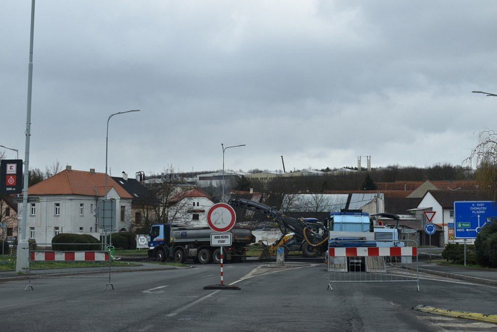 Oprava kruháku ve Slaném, dopravní kolaps a zmatky.