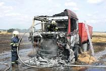 Nesklizené obilí vzplálo  od hořícího nákladního vozidla. Naštěstí nebyl nikdo zraněn.