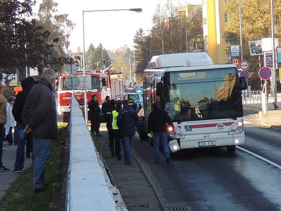 Vážná nehoda v Kladně. Chodce srazil na přechodu ve Vodárenské ulici linkový autobus. Třiatřicetiletý muž utrpěl vážná poranění.