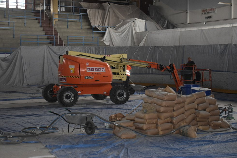 Rekonstrukce střechy slánského zimního stadionu.