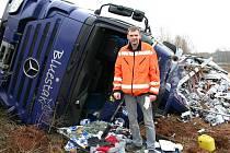 Německý řidič Sven se podruhé narodil. Z naprosto zdemolovaného kamoinu vylezl jen se škrábancem nad okem. Škoda je předběžně odhadnuta na deset milionů korun.