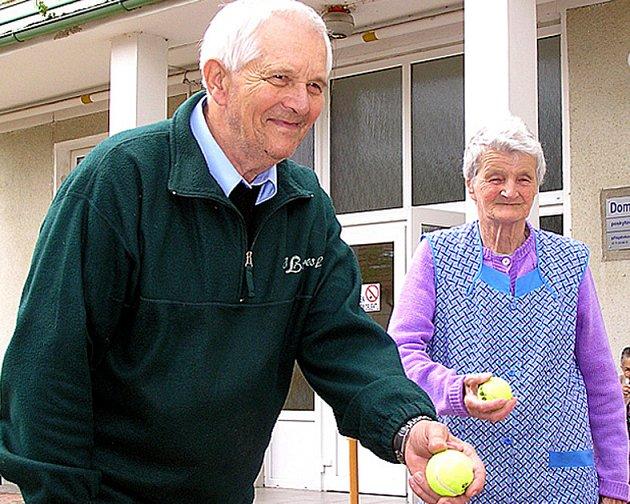 Bývalý střelec a fotbalista Josef Pazourek byl ve svých 76 letech nejstarším členem soutěžního týmu Unhoště.