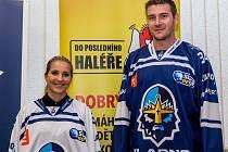 Nové dresy Rytířů představili v pondělí při setkání s fanoušky kapitán Václav Skuhravý a Kristýna Koubová