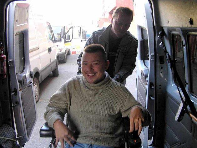 Specializovaná přeprava je stále více využívanou službou. Narozdíl od pečovatele je přístupná všem lidem z Kladna a okolí. Stačí jen zavolet na telefonní číslo 603157006 a řidič vás doveze na požadované místo.