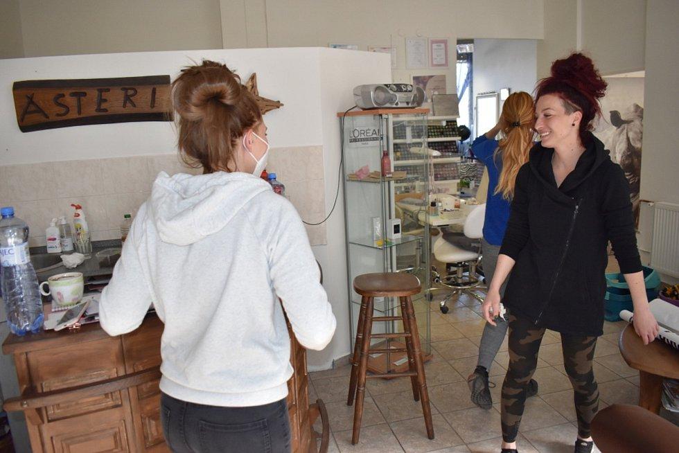 V kadeřnických salonech v Kladně se smýčí, všichni se těší až otevřou.