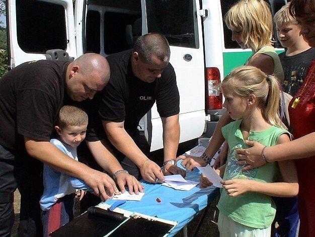 Pobyt dětí na táboře u Jesenice zpestřila návštěva kladenské pořádkové jednotky.