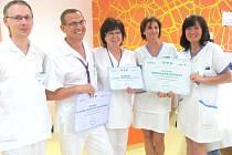 ZDRAVOTNÍCI  gynekologicko-porodnického oddělení Oblastní nemocnice Kladno získali dva certifikáty a jedno prestižní ocenění. Druhý zleva se nad dosaženým výsledkem spokojeně usmívá primář Petr Ullrych.