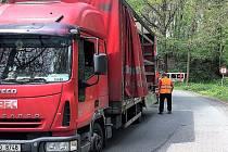 Řidič i s kamionem uvízl pod mostem.