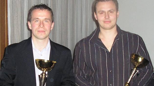 Téhle fotce už pár roků je, ale borci na ní zaslouží obdiv. Vpravo jasně nejlepší střelec okresní futsalové historie Juraj Stolár, vlevo druhý v pořadí Josef Bauer.