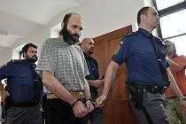 Eskorta vede k soudu 48letého Jiřího Zikána, jenž podle žalobkyně Miloslavy Zagarové i podle vlastního přiznání utloukl v Bratkovicích na Kladensku svou družku.