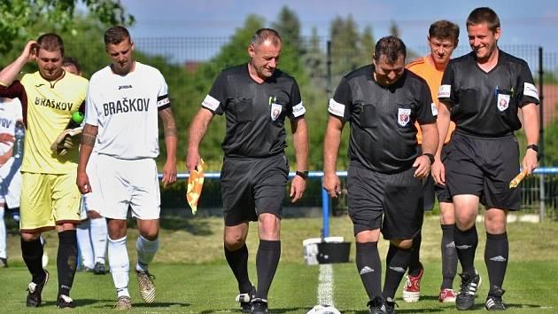 Braškov (v bílém) doma přehrál Slaný B jasně 4:1. Vlevo v černém Petr Zuskin, jehož dopoledne napadli ve Švermově napadl Patrik Plachetka a pak i jeden z fanoušků.