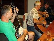 Chataři z osady Věčného mládí, kteří v hospodě Na Bucku pravidelně rádi muzicírují. Snímky jsou z loňského srpna, kdy se loučili se sezonou.