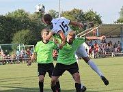 Velvary (v zeleném) prohrály v MOL Cupu s Hradcem Králové 0:1. Žondra mezi stopery
