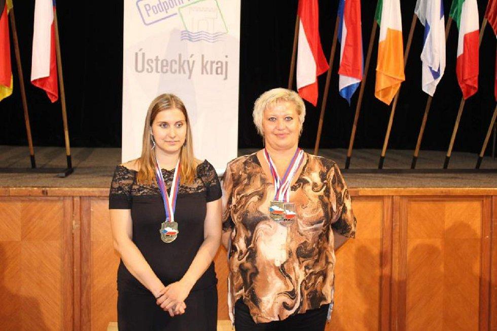 Snímky úspěšných matky a dcery Kateřiny Rouhové (vpravo) a Petry Rouhové ze Slaného s medailemi na krku.