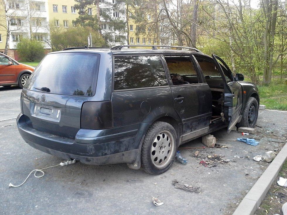 Autovraky hyzdí ulice Kladna, za jejich odklizení platí město statisíce korun.