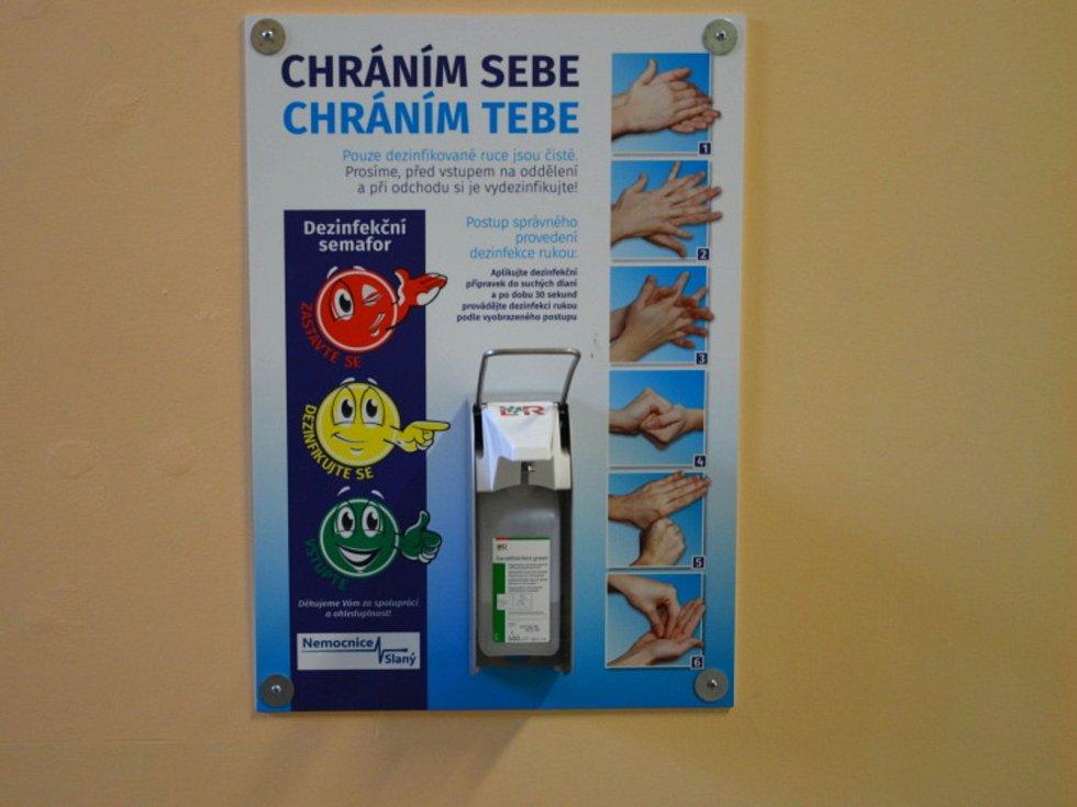 Dezinfekce na mytí rukou je veřejnosti k dispozici nejen v nemocnicích, ale i v obchodech a na úřadech.
