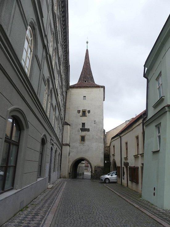 Adamova cesta do středověkého města.