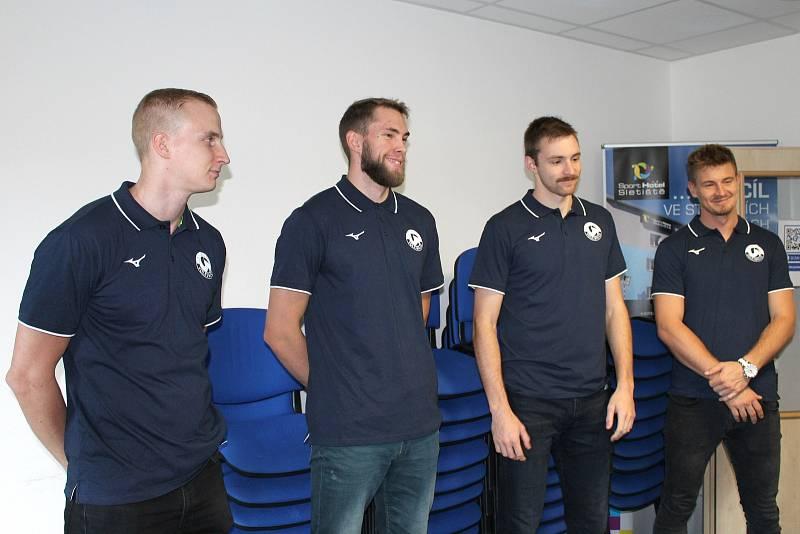 Volejbalisté Kladna se chystají na sezonu. Trenéři Milan Fortuník předtavil posily Gijse van Solkemu, Niklase Sepännena, Kristapse Platačse a Davida Hancocka.