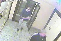 Záběry z kamery, která je umístěna na chodbě podniku. Pokud někdo muže poznal, či má k případu  informace měl by je oznámit na 158.