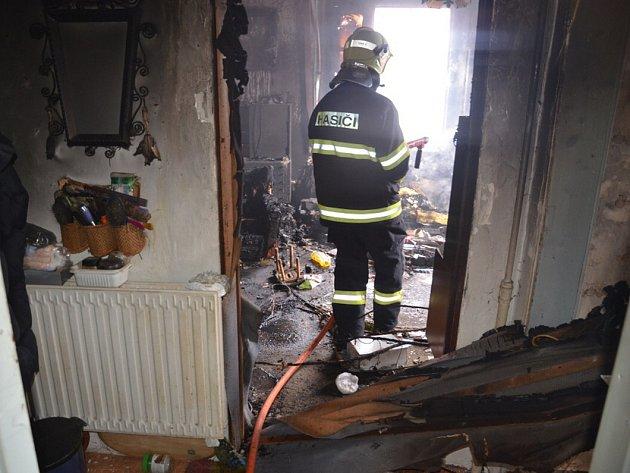 Požár domu na křižovatce Rakovnické a Husovy ulice v Kladně-Rozdělově.