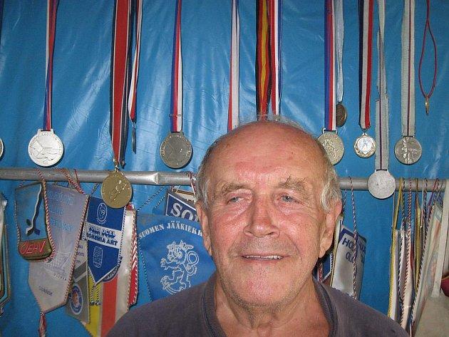Zdeněk Šindler doma se svými trofejemi