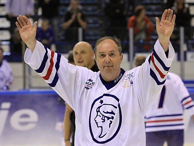 Slavný hokejista Milan Nový na kladenském ledě při svých šedesátinách. Tehdy naposledy se na dresech kladenských legend objevila paní Poldi.