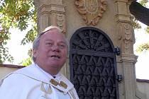 Kladenský vikář přítomným připomněl, že sanktuáriem uctíváme památku našich zemřelých předků.