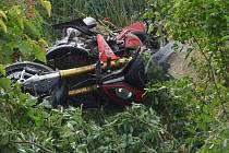 Motorkář skončil po nehoda u Stehelčevsi v porostu u silnice.