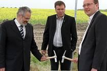 Slavnostního aktu zahájení stavby nového skladu se ujali (zleva) kladenský primátor Dan Jiránek, hlavní architekt Leo Provaz a generální ředitel Lego v Kladně Carsten Rasmussen.