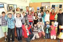Žáci 5.A třídy velvarské základní školy s novými tablety