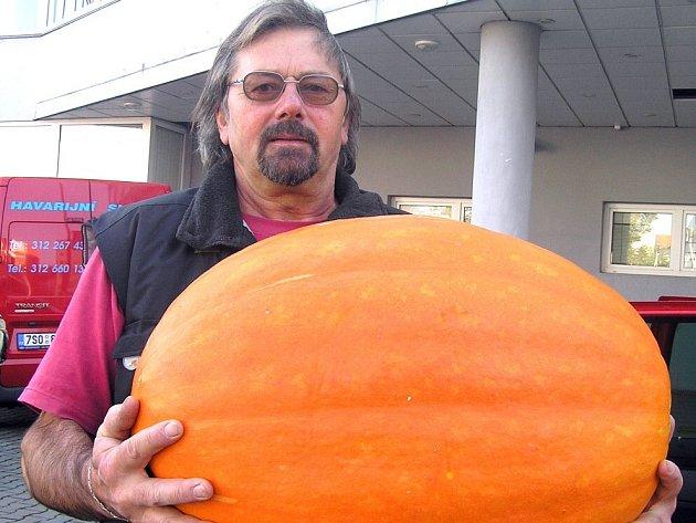 Dva a půl metráku jablek a kolem čtyřiceti kilogramů zeleniny si včera z ukončené výstavy Plody podzimu odvezli zástupci Dětského domova v Kladně.