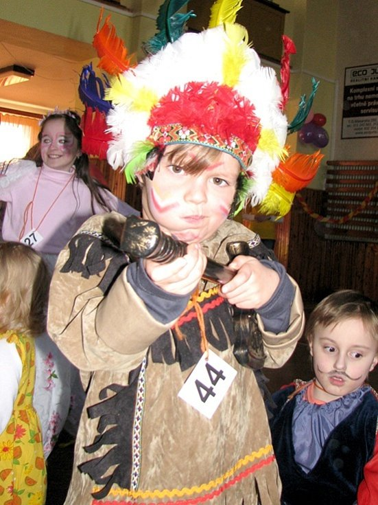 Pohádkové postavy zaplnily  sál sokolovny v Lánech. Kromě tance trhaly děti maškarní rekordy, dopřály si malování na obličej a nakonec zhlédlyi i loutkovou pohádku.